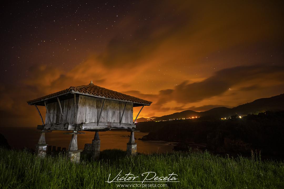 Fotografía nocturna del hórreo de la regalina en asturias
