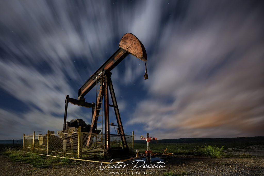 fotografía nocturna en los campos de extracción de petroleo en la lora burgos